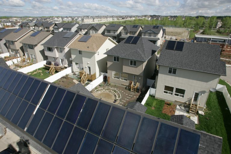 Canadian neighbourhood with new homes that have solar panels installed is_solar_energy_renewable_cost_effective_sustainable_solar_panels_efficiency