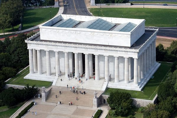 Picture of Lincoln Memorial in Washington DC.